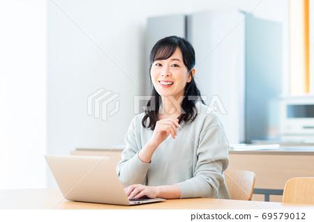식당에서 컴퓨터를 사용하는 미들 주부 69579012