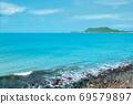 美丽的蓝色大海与绿色的小岛 69579897