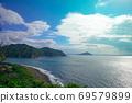 美丽的蓝色大海与绿色的小岛 69579899