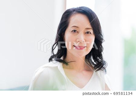 시니어 여성, 미용 69581134