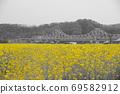 봄날 유채꽃 밭에서 69582912