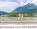年輕女性和朋友在女孩之遊中漫步於布院[9月] 69596980