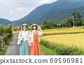 年輕女性和朋友們在一次女孩旅行中探索由布院的鄉村[9月] 69596981