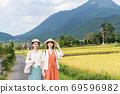 年輕女性和朋友們在一次女孩旅行中探索由布院的鄉村[9月] 69596982