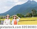 年輕女性和朋友們在一次女孩旅行中探索由布院的鄉村[9月] 69596983