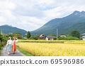 年輕女性和朋友們在一次女孩旅行中探索由布院的鄉村[9月] 69596986