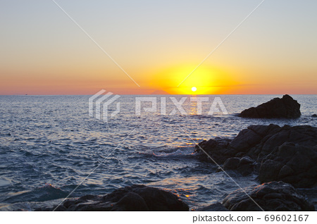 Sunset on the rocky shore. Tyrrhenian Sea. 69602167