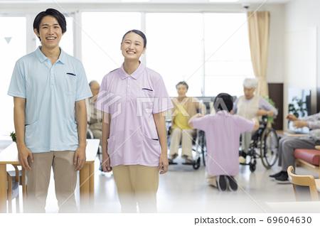 요양 시설에서 일하는 젊은 남녀의 간병인 노인 홈 69604630