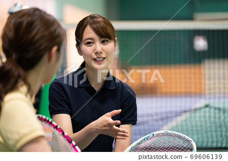 一個女人在網球學校聊天 69606139