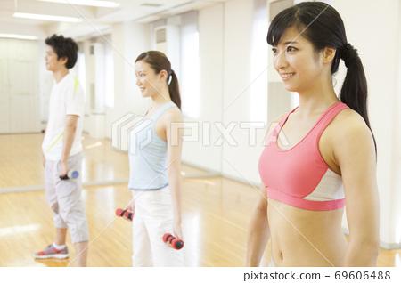 근육 트레이닝을하는 남녀 69606488