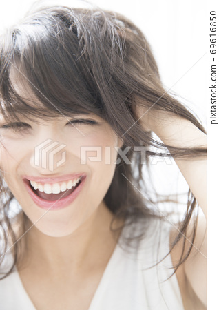 A woman holding a head 69616850