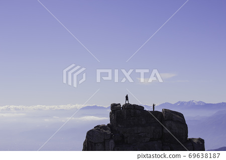 가을 金峰山 정상의 다섯 길이 바위에 서 사람 69638187