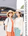 婦女和朋友在由布院享受女孩旅行[9月] 69649057