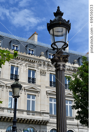 Streetlight on Place Charles de Gaulle, Paris 69656033