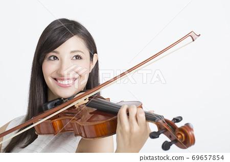 一個女人拉小提琴 69657854