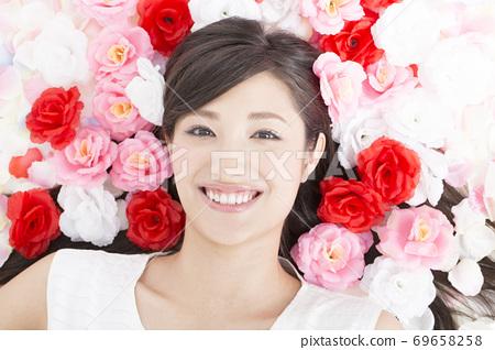 꽃과 여성 인물 69658258
