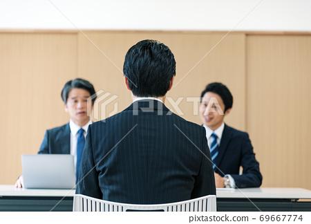 接受公司面試的男人 69667774