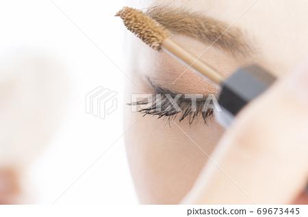 女人畫眉毛睫毛膏 69673445