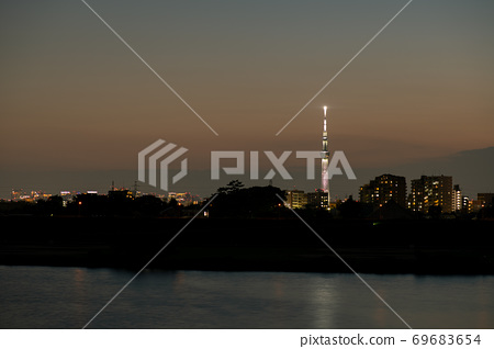 Overlooking central Tokyo from a walk along the riverbed. .. .. 69683654