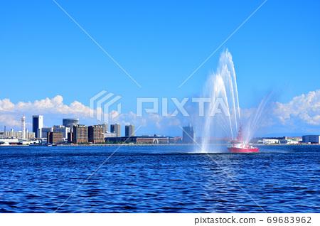 由於遊輪不來而使沒有轉向的消防船的彩色歡迎水排放 69683962