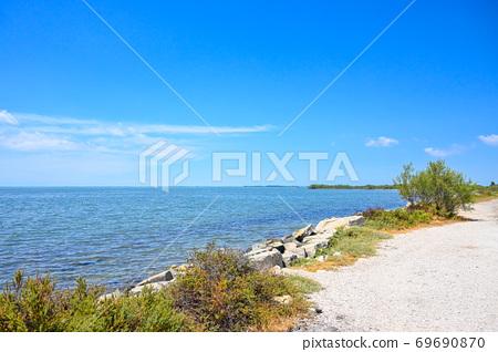 南歐湖泊和白色道路 69690870