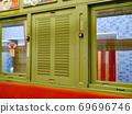 拥有90多年历史的162号汽车的木制百叶窗,仍然是大阪著名的有轨电车。 69696746