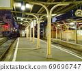 在阪急火车的终点站惠比寿站的夜晚 69696747