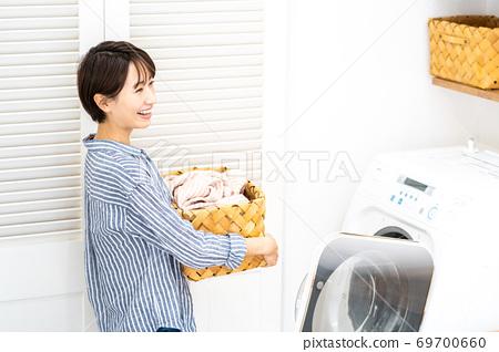 家庭主婦洗衣服 69700660