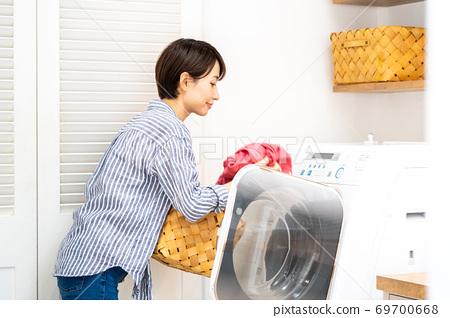 家庭主婦洗衣服 69700668