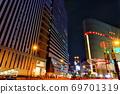 밤의 오사카의 거리 풍경 69701319