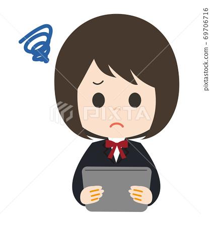 婦女的平板電腦終端不滿意 69706716