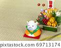 정월 장식 앞에서 신년 인사를하는 소 69713174