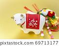 흰 소와 물 조회 장식 69713177