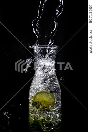 水滴澆透的小麥 69713600