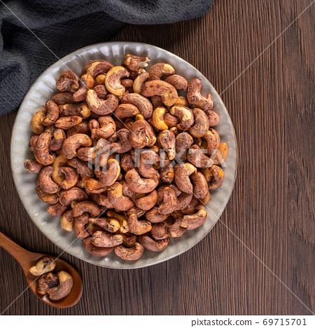 腰果 木製 木頭 背景 碗 Cashew nuts in wooden bowl カシューナッツ 69715701