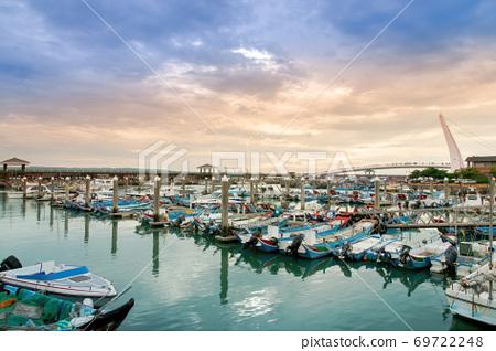 黄昏里许多渔船停靠在码头 69722248