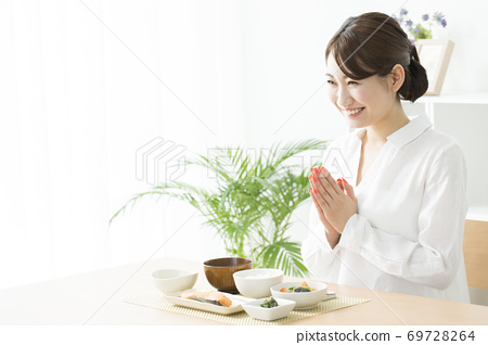 식사를하는 여성 69728264