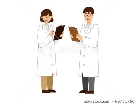 男女白袍研究人員開會 69731760
