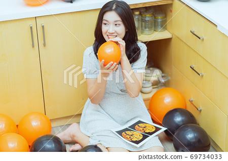 Woman prepare for halloween 69734033