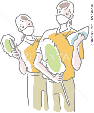 마스크를하고 크로스 핸디 걸레를 가진 2 명의 청소 직원 69736230