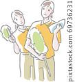 兩名清潔人員用交叉和方便的拖把 69736231