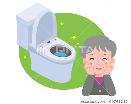 一位老婦對廁所清潔感到滿意 69741213