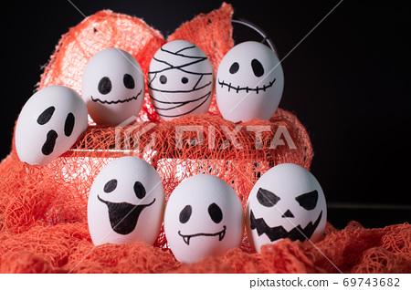 달걀 껍질에 할로윈 장식 69743682
