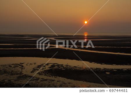 在Masutama海岸的日落 69744481