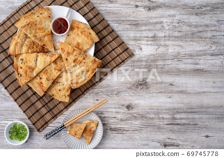 蔥油餅 台灣 小吃 scallion pancake Taiwan snack 揚げ 焼き葱入り餅 69745778