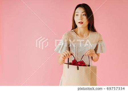 Shopping girl 69757334