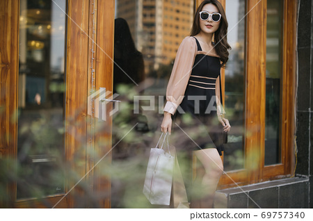 Shopping girl 69757340