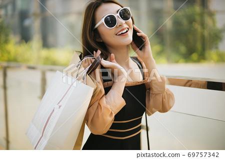 Shopping girl 69757342