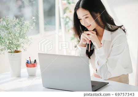 여성 비즈니스 커피 브레이크 69757343