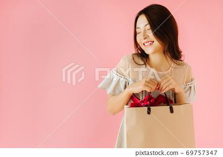 Shopping girl 69757347